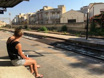 Wachten op de trein in Mazara del Vallo
